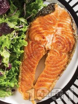 Печени котлети от маринована сьомга на скара със зелена салата и кълнове (без мазнина) - снимка на рецептата